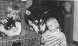 Papa Rex mit Nachwuchs, rechts mein Bruder.